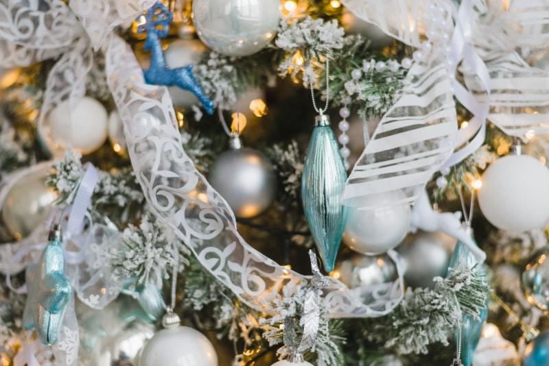 guirlande lumineuse sapin de Noel - Décorer la maison pour Noël : pensez aux guirlandes lumineuses LED !
