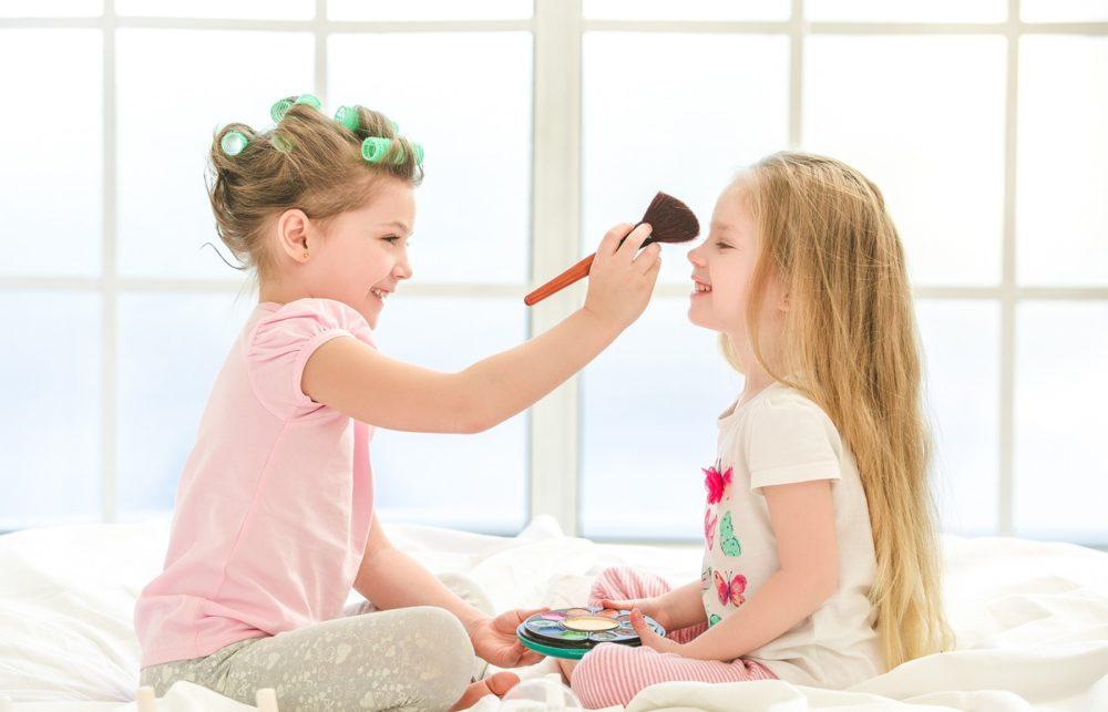age maquillage fille e1613917578374 - Quand devriez-vous laisser votre fille commencer à se maquiller ?