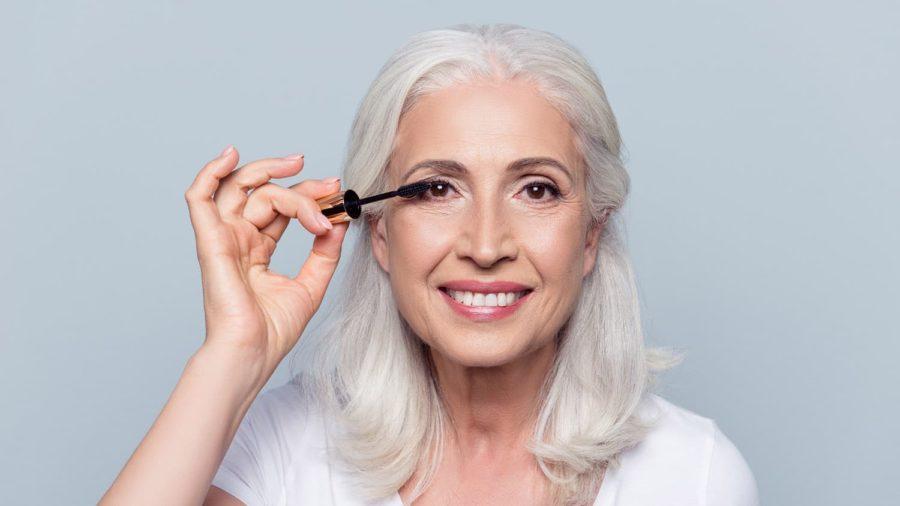 femme mature makeup e1613923712836 - 20 astuces de maquillage faciles pour les femmes de plus de 50 ans