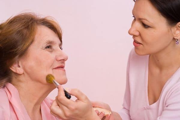 maquillage femmes 50 ans 603271c2ca6a2 - 20 astuces de maquillage faciles pour les femmes de plus de 50 ans