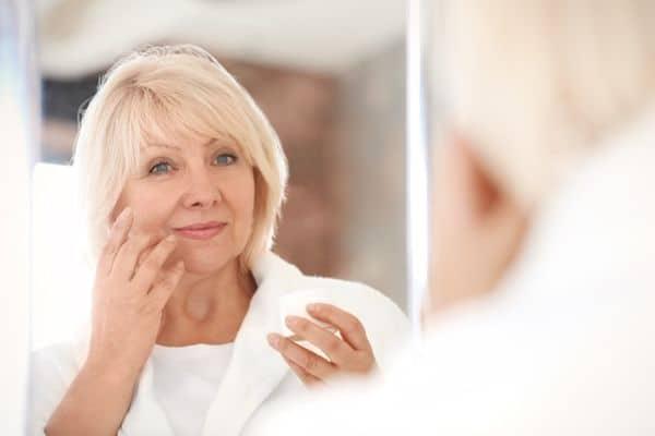 maquillage femmes 50 ans 603271c51aec3 - 20 astuces de maquillage faciles pour les femmes de plus de 50 ans