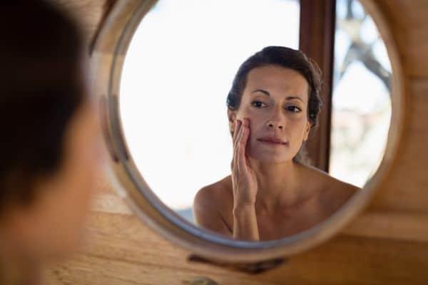 maquillage femmes 50 ans 603271c573d35 - 20 astuces de maquillage faciles pour les femmes de plus de 50 ans