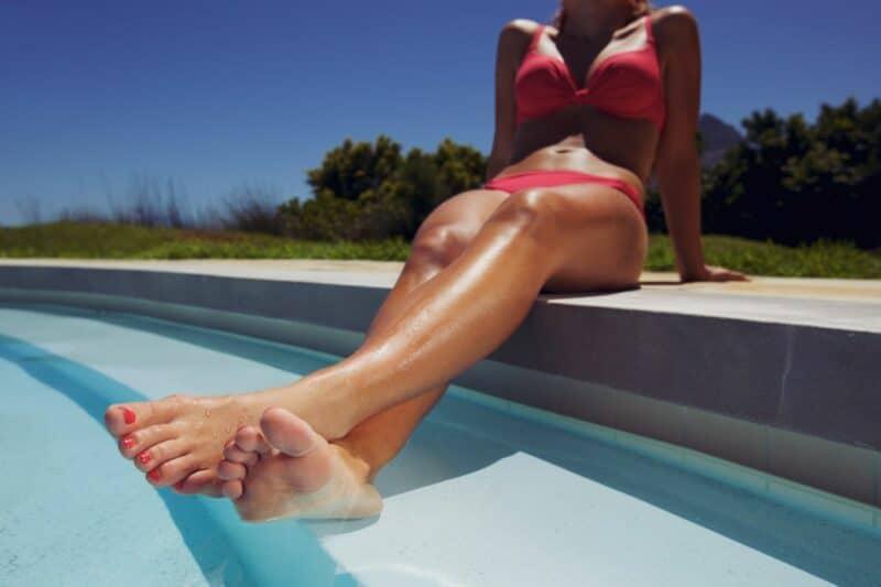 femme detente piscine 800x533 - Détente et bien-être assurés avec un jardin au top !