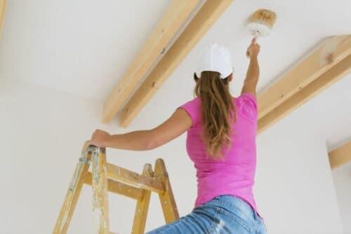 femme peinture maison 500x334 - Comment préparer sa maison avant des travaux de peinture ?