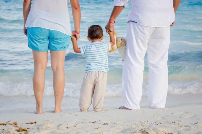 family 1111818 1280 800x533 - 4 choses à ne surtout pas oublier pour passer une journée à la plage avec ses enfants
