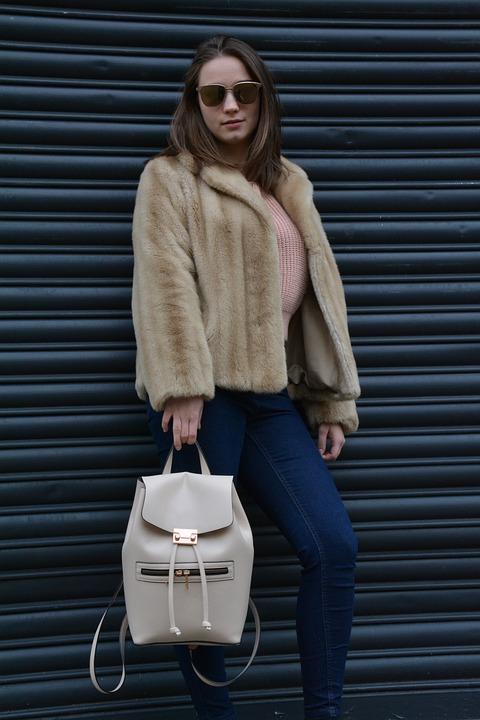 woman 3564548 960 720 - Comment choisir son manteau femme selon son look et sa morphologie