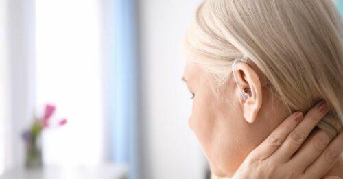 appareil auditif femme 500x261 - Comment procéder à un bilan auditif ?