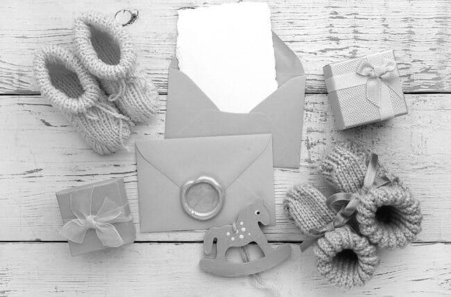 Carte et cadeaux pour nouveau ne 1 650x429 - Comment rédiger un faire-part de naissance ?
