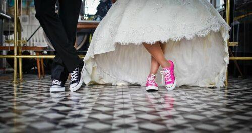 marriage 636018 960 720 1 500x265 - Peut-on porter ses sneakers féminines avec style en toute circonstance ?