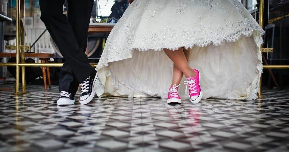 marriage 636018 960 720 1 - Peut-on porter ses sneakers féminines avec style en toute circonstance ?